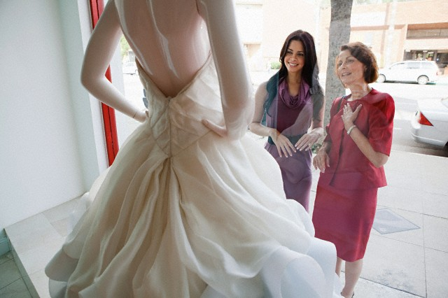 Mother and daughter looking at wedding dress in shop window - Wedding planner Italy Serena Obert